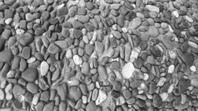 Achtergrondtextuur zwart-wit kiezelstenen in een concrete muur royalty-vrije stock afbeeldingen