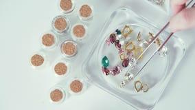 Achtergrondvideo: halfedelstenen voor juwelen en toebehoren stock video