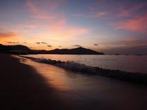 Achtergrondzonsondergang op zee schaduw en zacht licht Royalty-vrije Stock Foto's