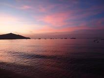 Achtergrondzonsondergang op zee schaduw en zacht licht Stock Afbeelding