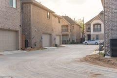 Achteringangsgarage van merk onlangs gebouwd huis in Texas, de V.S. stock afbeelding