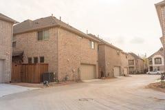 Achteringangsgarage van merk onlangs gebouwd huis in Texas, de V.S. stock foto