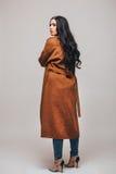 Achterkant van de foto van de manierstudio van schitterende sensuele vrouw Royalty-vrije Stock Foto