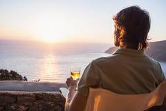 Achterkant van de jonge mens die het overzees, het concept van de vakantieslevensstijl bekijken Royalty-vrije Stock Afbeelding