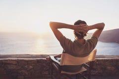 Achterkant van de jonge mens die het overzees, het concept van de vakantieslevensstijl bekijken Stock Afbeelding