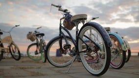Achterkant van een blauwe fietsnadruk binnen onder andere, in de zomeravond stock footage