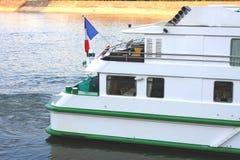 Achterkant van Franse cruiseboot op de rivier van Donau Stock Foto's
