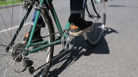 Achterkant van jongen het cirkelen in de zomerdag, groene fietsnadruk binnen Langzame Motie stock videobeelden