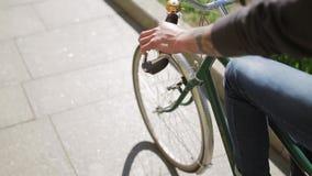 Achterkant van jongen het cirkelen in de zomerdag op groene fiets stock videobeelden