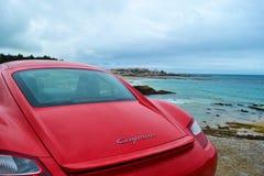 Achterlicht van rood Porsche Cayman 2 sportwagen 7, in Fr wordt geparkeerd dat stock foto's
