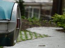 Achterlichten van een klassieke Amerikaanse auto onder regen op Koningin Ann hil Stock Foto's
