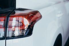 Achterlichten van moderne witte auto stock foto's