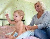 Achtermassage van één éénjarigejongen Stock Afbeelding