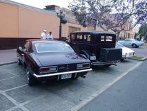 Achtermededinger van kastanjebruin Chevrolet Camaro in Lima Royalty-vrije Stock Foto's