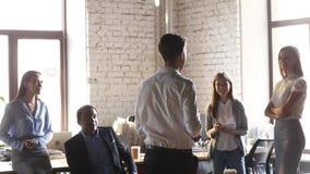 Achtermening bij leider en team belast met succesviering stock video