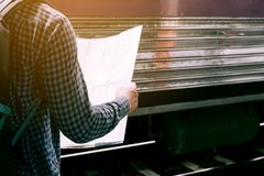 Achtermening die van de hipstermens zich op station met het kijken bevinden Stock Foto's