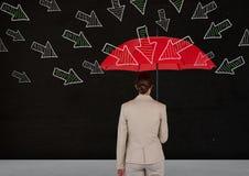 Achtermening die van onderneemster zich tegen bord bevinden die rode paraplu met pijlen het richten houden Royalty-vrije Stock Afbeelding