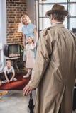 achtermening die van vader naar huis en gelukkige familiejaren '50 komen bekijken royalty-vrije stock fotografie