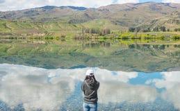 Achtermening die van vrouw zich voor meer Dunstan, NZ bevinden royalty-vrije stock fotografie