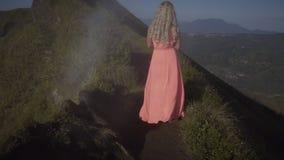 Achtermening over blootvoetse jonge vrouw stock footage