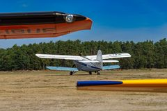 Achtermening van Antonov, grote één enkele motortweedekker stock foto's