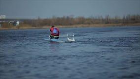 Achtermening van Atleet het roeien op de rivier in een kano Het roeien, canoeing, het paddelen Opleiding kayaking Mens die varen  stock footage