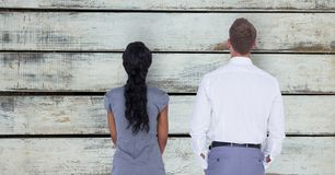 Achtermening van bedrijfsmensen die zich tegen muur bevinden Stock Fotografie