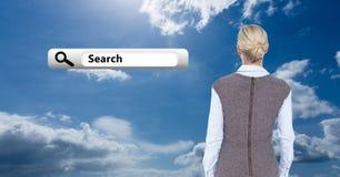 Achtermening van bedrijfsvrouw die het pictogram van de onderzoeksbar tegen bewolkte hemel bekijken Stock Afbeeldingen