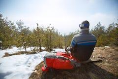 Achtermening van bergbeklimmers terwijl het zitten en het rusten Royalty-vrije Stock Foto