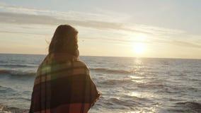 Achtermening van de donkerbruine vrouw die zich op de kust van overzees en het dromen bevinden Jong wijfje die van het strand en  stock videobeelden
