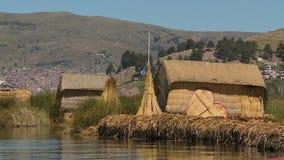 Achtermening van de huizen van het urosriet, meer Titicaca, Peru stock videobeelden