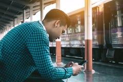 Achtermening van de jonge Aziatische hipstermens die het mobiele telefoon gebruiken houden Royalty-vrije Stock Fotografie