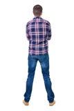 Achtermening van de knappe mens in geruit overhemd die omhoog eruit zien Royalty-vrije Stock Afbeeldingen