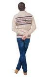 Achtermening van de knappe mens in warme sweater die omhoog eruit zien Stock Afbeeldingen