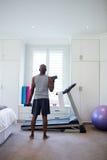 Achtermening van de mens die met domoren in slaapkamer uitoefenen Royalty-vrije Stock Foto's