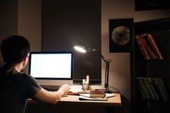 Achtermening van de mens die met lege het schermcomputer werken Stock Fotografie