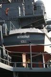 Achtermening van de motorboot en de bovenbouw achter het royalty-vrije stock foto