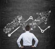 Achtermening van de zakenman die over bedrijfskansen denkt Groeiende pijl en bedrijfspictogrammen als integraal onderdeel stock afbeelding