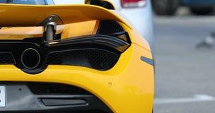 Achtermening van een Gele Supercar stock footage