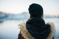 Achtermening van een hipstermeisje tegen de vage winter backgroun Royalty-vrije Stock Fotografie