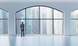 Achtermening van een persoon in formeel kostuum dat uit het venster in een modern schoon binnenland met reusachtige panoramische  Stock Afbeelding