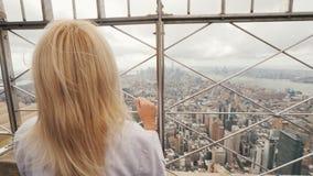 Achtermening van een vrouw die de Stad van New York van een hoog punt bewonderen stock videobeelden