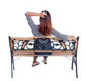 Achtermening van een vrouwenzitting op bank Stock Foto's