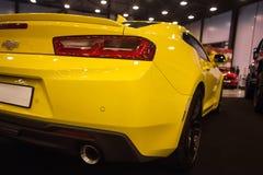 Achtermening van Geel Chevrolet Camaro Stock Foto's