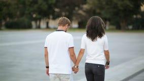 Achtermening van Gelukkig Paar in Liefde die rond de Handen van de Stadsholding lopen Aantrekkelijke Jonge Vrouw en Knappe Man stock footage