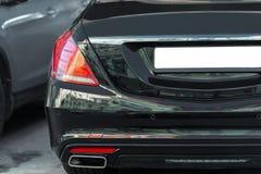 Achtermening van grote de autoboomstam van de luxe dure sedan Gekleurde zwarte Royalty-vrije Stock Fotografie