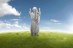 Achtermening van het Aziatische moslimmeisje bidden aan god royalty-vrije stock fotografie