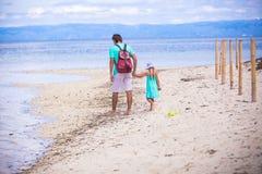Achtermening van het jonge vader en meisje lopen stock foto