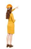 Achtermening van het richten van jonge vrouwen in helm Stock Fotografie