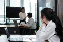 Achtermening van jaloers Aziatisch het bedrijfsvrouw kijken hartelijk paar in liefde Jaloersheid en afgunst in vriendenverhouding royalty-vrije stock foto